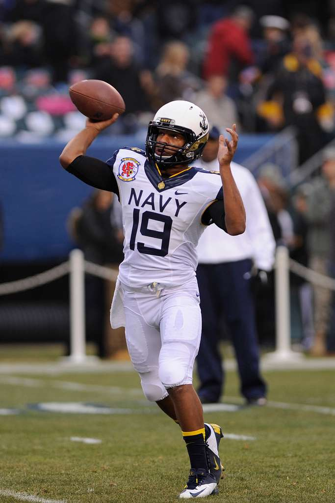 Navy QB Keenan Reynolds passes in the 2012 Army-Navy game.